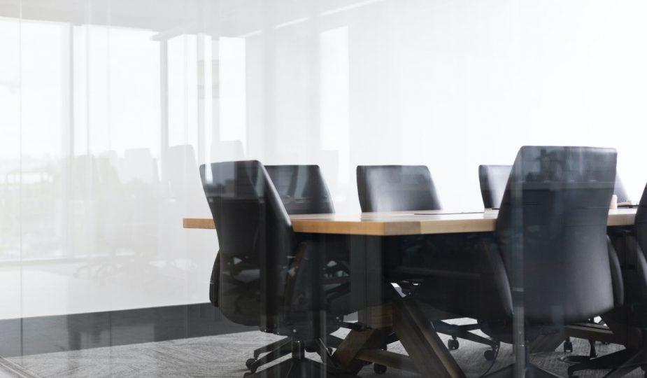 stol i krzesla w sali konferencyjnej