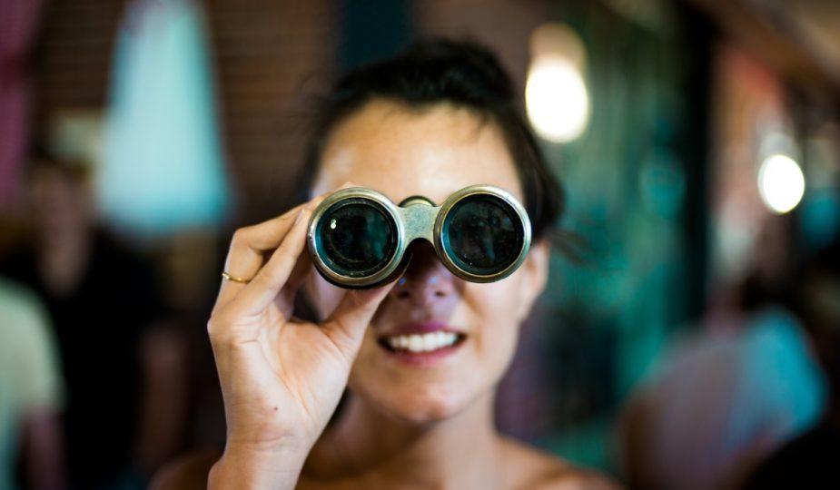 kobieta patrząca przez lornetkę
